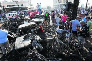 SERANGAN BOM: Orang ramai berkumpul di tempat kejadian letupan di luar Masjid Al-Taqwa di Tripoli