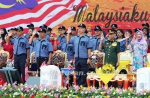 YANG di-Pertuan Agong, Tuanku Abdul Halim Mu'adzam Shah membalas tabik hormat kepada Kawalan Kehormat Utama pada sambutan Hari Kemerdekaan Ke-56