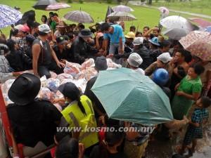 MANGSA banjir menerima bantuan makanan