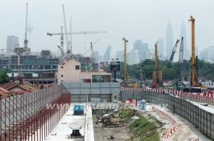 Kerja-kerja pembinaan stesen MRT giat dijalankan