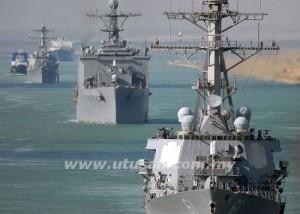 Gambar 23 September 2008 merakamkan kapal perang USS Ramage, USS Carter Hall dan USS Roosevelt melalui Terusan Suez