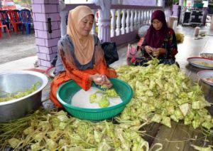 Lebih 3,000 ketupat dimasak sempena program Munjung iaitu acara tahunan tradisi masyarakat Jawa Kampung Sungai Gulang-Gulang di sini