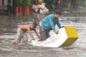 """""""Bot"""" buatan sendiri untuk menyeberangi jalan raya yang dilanda banjir di Manila"""
