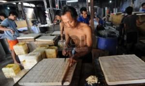 Pekerja mengerjakan pembuatan tahu berbahan kedelai impor