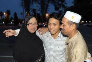 Pelajar Mesir, Muhamad Luqman Abd Helmi, 20, memeluk ibubapanya