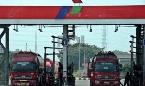 Lori pengangkut BBM usai mengisi bekalan tangki di Terminal Pertamina, Jakarta