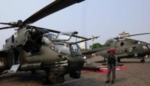 Petugas sedang menjaga helikopet puma milik TNI AU