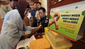 Pegawai Negeri Sipil (PNS) diambil sample darahnya saat dilakukan pengujian tes HIV