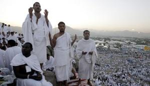 Ribuan umat muslim berdoa di Jabal Rahma, Padang Arafah