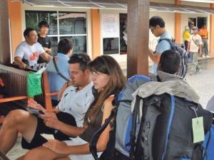 Sebahagian pelancong yang sedang menunggu bot untuk ke Pulau Redang