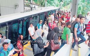 ORANG ramai menaiki kereta api Bukit Bendera yang beroperasi seperti biasa semalam selepas terkandas dua jam malam kelmarin.