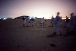 Puluhan jamaah haji asal Indonesia, Malaysia, dan Maroko melintasi perbukitan gurun memasuki wilayah Makkah