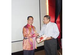 MOHAMMAD menyampaikan sijil penyertaan kepada salah seorang peserta.