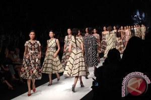 "Peragaan busana bertema ""The Parang"" karya perancang Edward Hutabarat di Jakarta Fashion Week 2014"