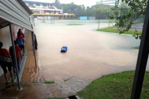 Banjir ini berlaku pada petang semalam di Politeknik Singapura di Dover Road.