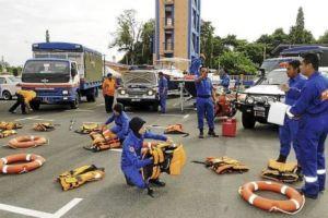Pasukan Jabatan Pertahanan Awam menyiapkan kelengkapan