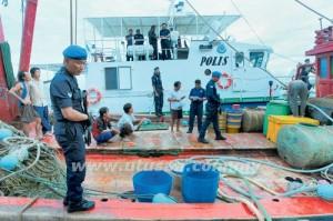 ANGGOTA Pasukan Polis Marin Wilayah Tiga (3) PDRM memeriksa salah sebuah bot nelayan