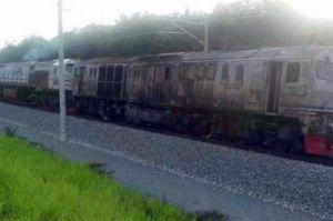Lokomotif kereta api yang terbakar.