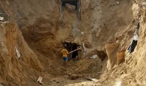 Warga Palestina membangun kembali terowongan yang hancur di sepanjang perbatasan Gaza-Mesir di Rafah