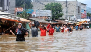 Warga dari sejumlah desa di Dayeuhkolot dan Baleendah , Bandung , Jawa Barat , mengungsi melalui Jalan Raya Dayeuhkolot