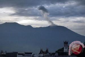 Aktivitas Gunung Marapi tampak dari kota Bukittinggi, Sumbar.