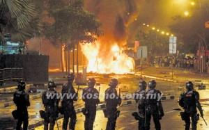 Sebuah kenderaan terbakar dalam rusuhan yang berlaku di Little India, Singapura