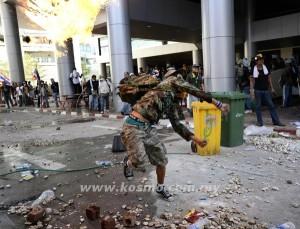 SEORANG penunjuk perasaan antikerajaan membaling bom api ke arah polis pencegah rusuhan