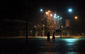 Pekerja Tenaga Nasional Berhad (TNB) Pencawang Masuk Utama Utara TNB Kuantan melakukan pemeriksaan