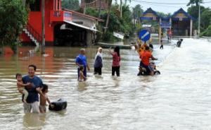Penduduk terpaksa meredah banjir di bandar Rantau Panjang