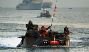 Presiden SBY didampingi Panglima TNI Laksamana TNI Agus Suhartono berada di atas tank amfibi LVT-7A1 Marinir TNI AL
