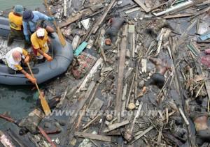 Gambar fail bertarikh 2 Januari 2005, menunjukkan sekumpulan anggota penyelamat mendekati mayat-mayat mangsa tsunami