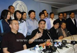 Bekas Perdana Menteri Thailand, Abhisit Vejjajiva (depan dua dari kiri), bercakap kepada media.   Reuters