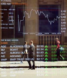 Harga semasa saham Australia di pusat daerah perniagaan Sydney pada 17 Disember 2013. – AFP