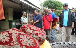 Tengku Abdul Rahman Sultan Ahmad Shah (dua dari kiri) menyampaikan bantuan