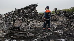 Pemerintah Ukraina dan kelompok pemberontak saling menuduh menembak jatuh MH17.