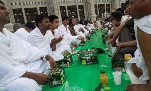 Para jamaah menunggu waktu berbuka puasa di Masjidil Haram (Foto:arabnews)