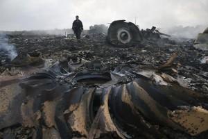 Seorang petugas dari Kementerian Darurat berjalan di lokasi jatuhnya pesawat Malaysia Airlines Boeing 777 di dekat Grabovo, Donetsk, Ukraina, Kamis (17/7). (REUTERS/Maxim Zmeyev)