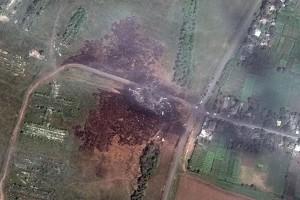 Foto satelit dari DigitalGlobe menunjukkan lokasi jatuhnya pesawat Malaysia Airlines penerbangan MH17 di Ukraina, Minggu (20/7). (REUTERS/DigitalGlobe/Handout via Reuters)