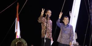 Pasangan Presiden dan Wakil Presiden terpilih, Joko Widodo-Jusuf Kalla melambaikan salam tiga jari seusai memberikan pidato kemenangan