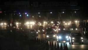 Suasana di gerbang tol Cikampek ramai oleh mobil pemudik, Kamis dini hari, 24 Juli 2014