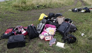 Tas-tas milik penumpang pesawat Malaysia Airlines MH17 yang ditembak jatuh di wilayah Donesk, Ukraina, dikumpulkan di lokasi jatuhnya pesawat, 18 Juli 2014. AP/Dmitry Lovetsky