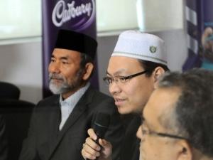 Panel Syariah Bebas: Pensyarah Kanan Universiti Islam Antarabangsa Malaysia (UIAM) Dr Zaharuddin Abd Rahman (dua, kiri) memberi penjelasan.  Foto Bernama-