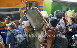 Penduduk Jakarta berpusu-pusu untuk menaiki kereta api di stesen Senen, Jakarta  -  AGENSI