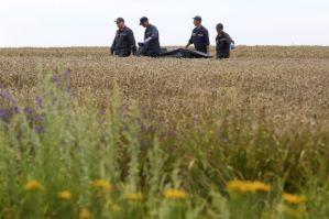 Anggota SES mengangkat mayat mangsa yang terkorban dalam nahas melibatkan pesawat Boeing 777, MH17 milik Malaysia Airlines yang terhempas di timur Ukraine pada Khamis - Foto EPA.
