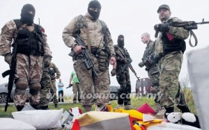 ANGGOTA puak pemisah pro-Rusia melihat barangan milik penumpang MH17 yang terhempas di Grabovo, Ukraine semalam.