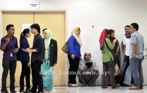 Sebahagian ahli keluarga kepada penumpang MH17 yang terhempas di timur Ukraine menunggu giliran diambil sampel DNA di Hotel Marriot, Putrajaya semalam.