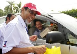 SALLEH (kiri) menyampaikan beg cenderamata kepada seorang pemandu