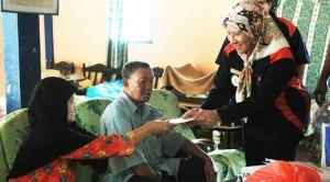 Datin Paduka Hajah Intan bin Haji Mohd Kassim ketika menyampaikan sumbangan.