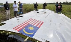 Penyelidik Malaysia sedang memerika puing pesawat Malaysia Airlines MH17 yang jatuh di wilayah Ukraina