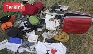BARANGAN mangsa MH17 dipercayai dikeluarkan dari beg mangsa. FOTO EPA